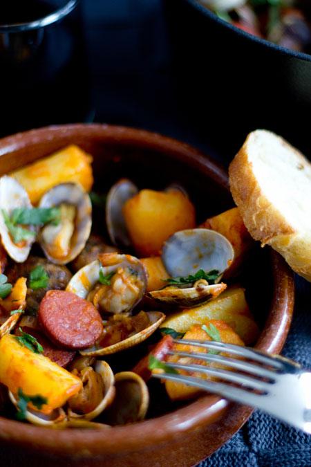 guiso de chorizo, almejas y patatas