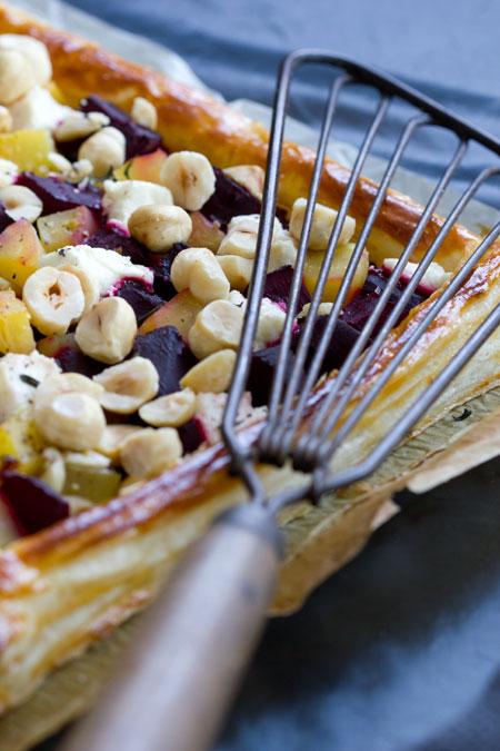 Tarta de remolacha, queso de cabra y avellanas