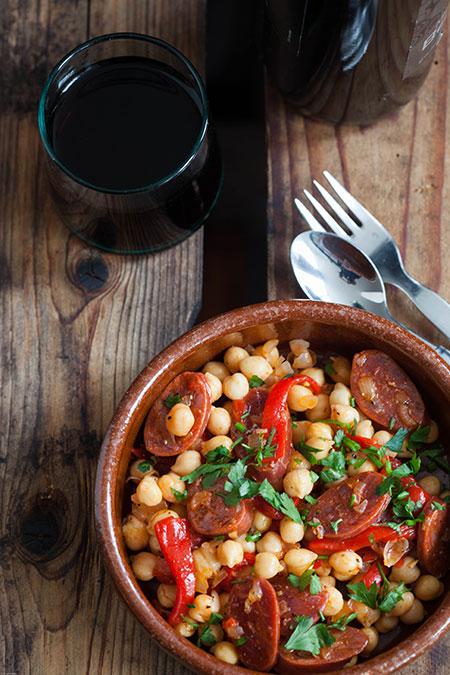Ensalade de garbanzos, chorizo y pimientos del piquillo