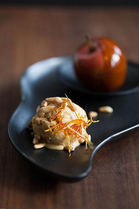 Manzanas al caramelo y helado de caramelo con piñones (karamelappeltjes en karamelijs met pijnboompitten)