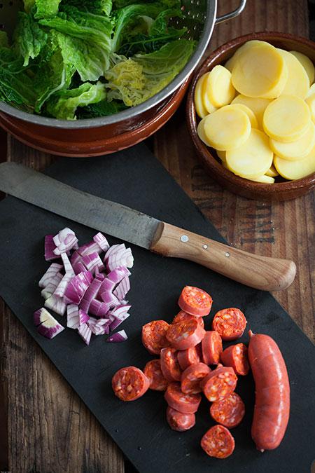 Salteado de col con chorizo y patatas