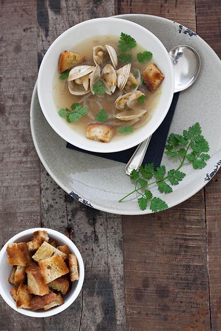 Sopa de cebolla con almejas y dados de pan