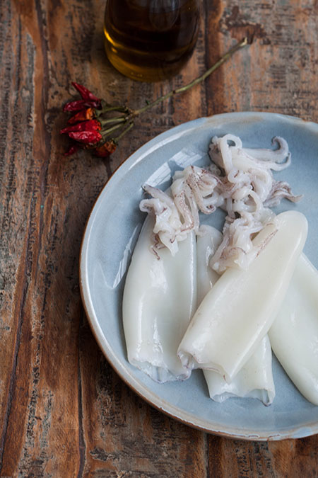Calamares a la plancha con aceite de guindilla (gebakken inktvis in guindilla olie)