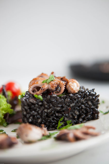 Arroz negro con pulpitos (zwarte rijst met baby octopus)