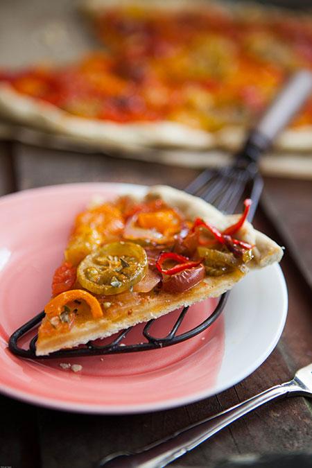 Coca de tomates, pimientos y cebolla (plaattaart met tomaten, paprika's en ui)