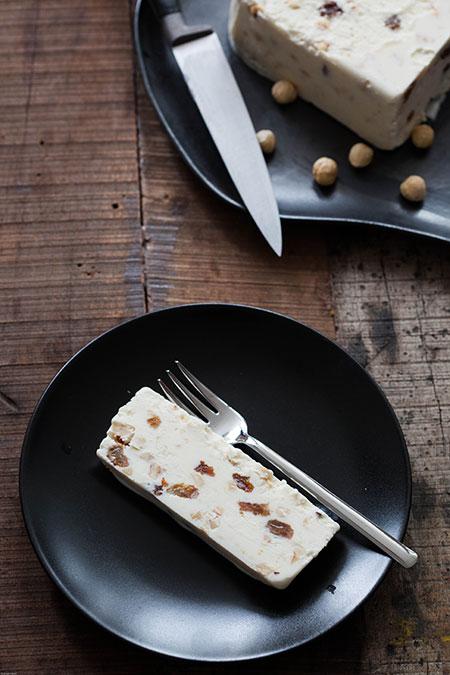 Helado de yogur con avellanas y pasas (yoghurtijs met hazelnoten en rozijnen)