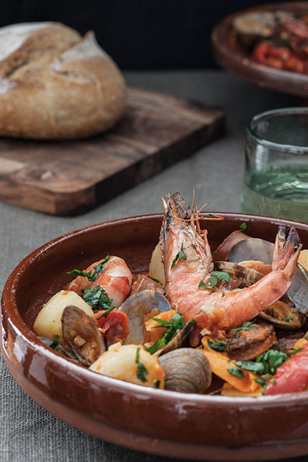 Guiso de chorizo, patatas, almejas y gambas (stoofpotje met chorizo, aardappelen, venusschelpen en garnalen)