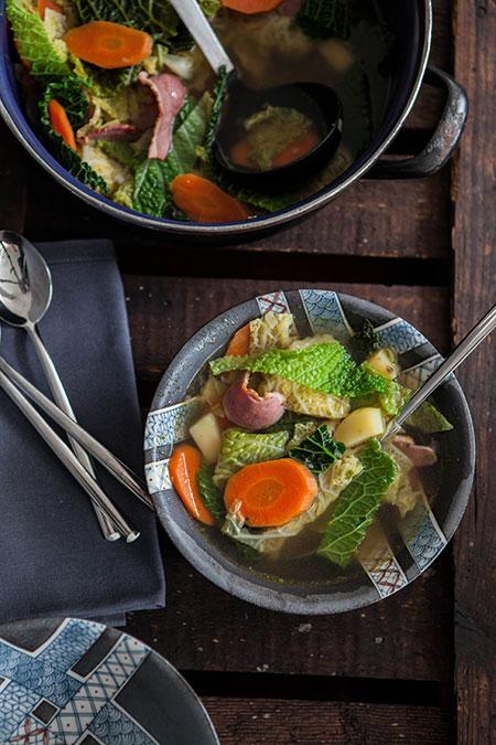 Sopa de col d'olla, zanahoria, patata y pato ahumado (soep met groene kool, wortel, aardappel en gerookte eend)