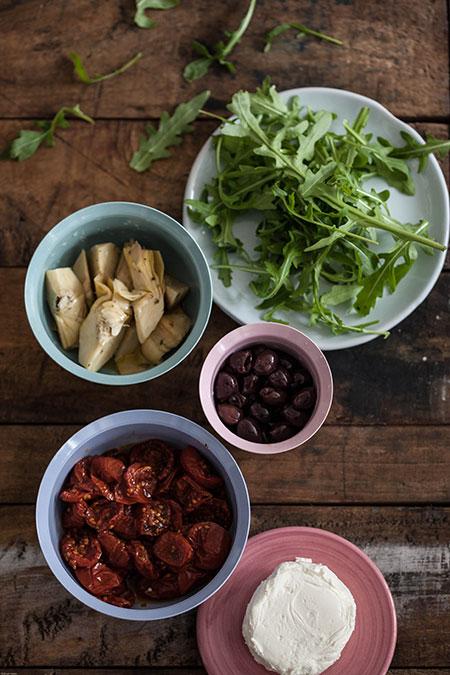 Tartas con queso de cabra, alcachofas, tomates y aceitunas (taartjes met geitenkaas, artisjokken, tomaatjes en olijven)