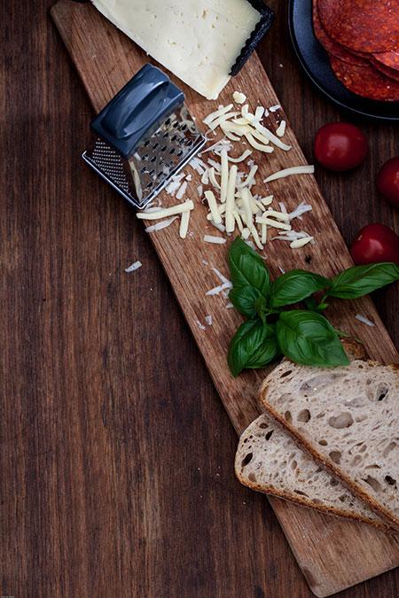 Sandwich con chorizo, manchego y albahaca (tosti met chorizo, manchego en basilicum)