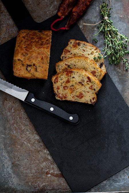 Bizcocho de aceite de oliva con chorizo, tomillo y pimientos asados (olijfolie cake met chorizo, tijm en geroosterde paprika
