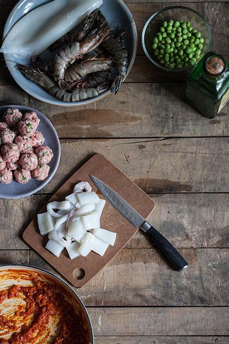 Sepia amb albóndigas y guisantes (zeekat met gehaktballen en doperwten)