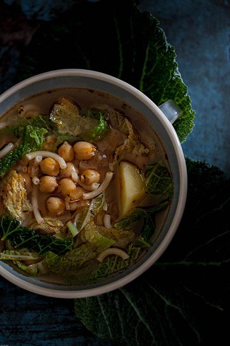 Sopa de col, patatas, garbanzos y fideos (soep met kool, aardappelen, kikkererwten en fideos)