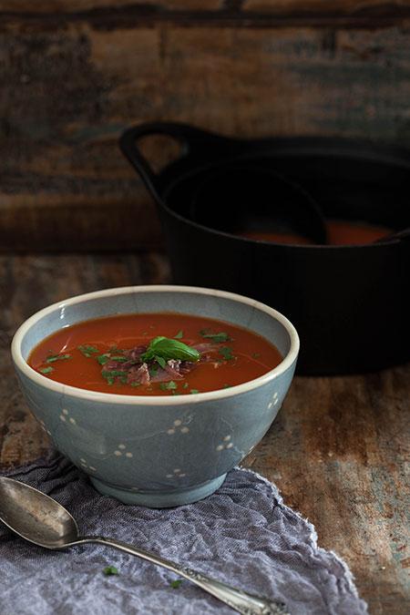 Sopa de tomate con pimentón de la Vera y jamón Serrano (tomatensoep met gerookte paprikapoeder en Serrano ham)