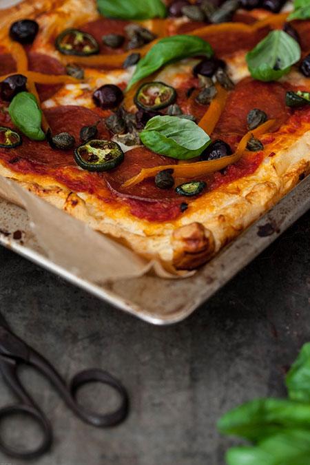 Pizza de chorizo, jalapenos, pimientos, aceitunas y alcaparras (pizza met chorizo, jalapenos, paprika, olijven en kappertjes)