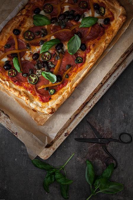 Pizza de chorizo, jalapeños, pimientos, aceitunas y alcaparras (pizza met chorizo, jalapenos, paprika, olijven en kappertjes)