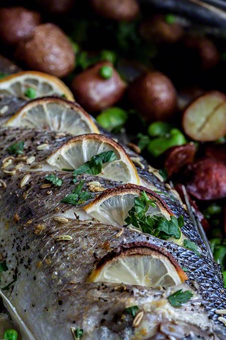 lubina-al-horno-Lubina al horno con chorizo, patatas, habas y guisantes (zeebaars uit de oven met chorizo, aardappelen, tuinbonen en doperwten)