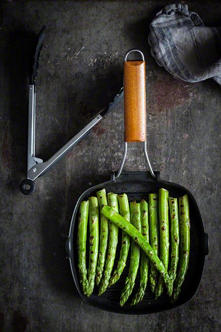 Esparagos verdes a la plancha con puré a la mostaza
