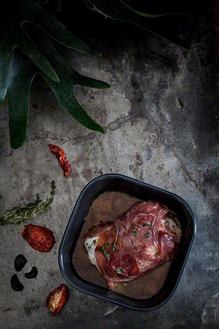Bacalao fresco con ajo negro envuelto en jamon