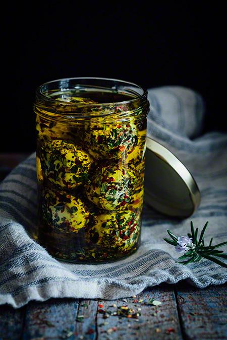 Queso de cabra con hierbas aromaticas en aceite (geitenkaas met mediterraanse kruiden op olie)