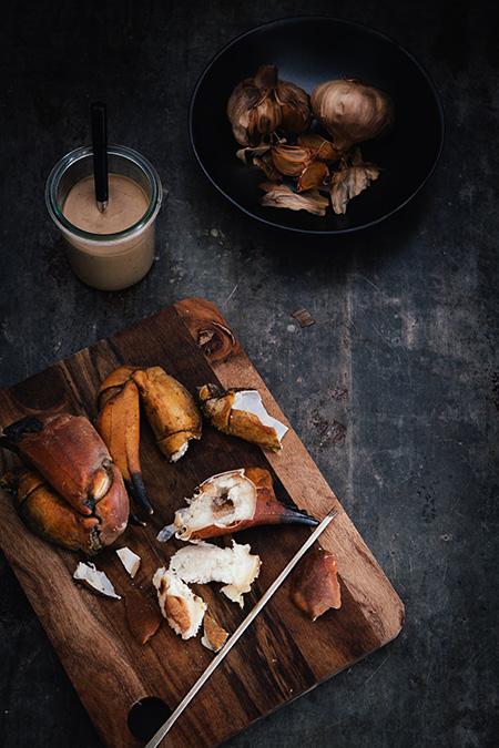 Patas de cangrejo con salsa de ajo negro