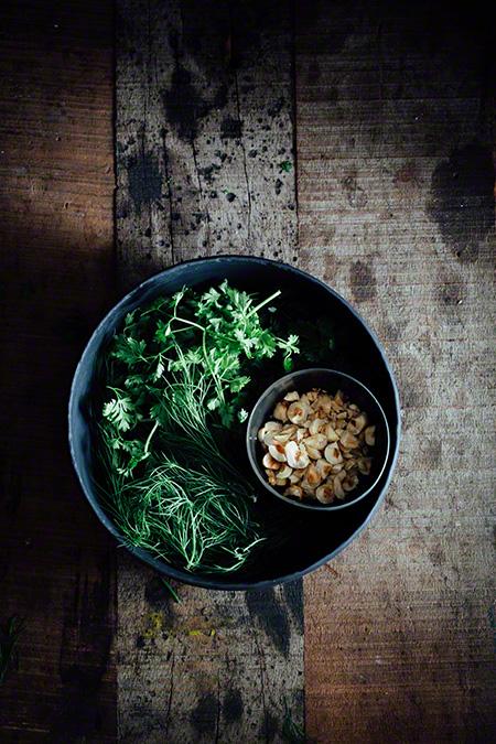 Crema de esparagos con hierbas y avellanas