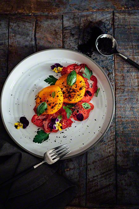 Polvo de aceitunas negras con ensalada de tomate