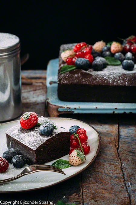Tarta de chocolate con frutos rojos (chocoladetaart met rode vruchten)