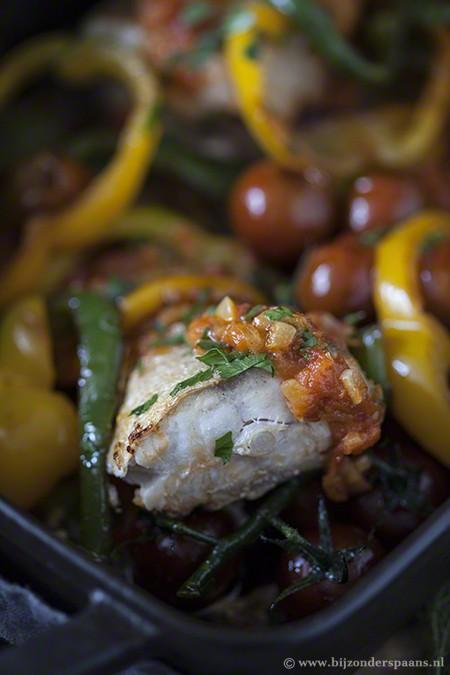 Zeebaars met gebakken tomaten en paprika