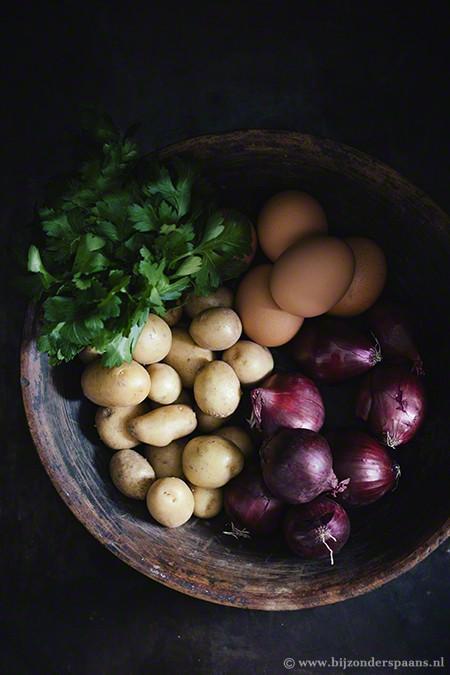 Patatas al lo pobre con huevos rotos