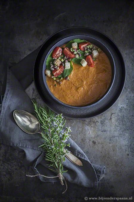 Soep van geroosterde tomaten en aubergines