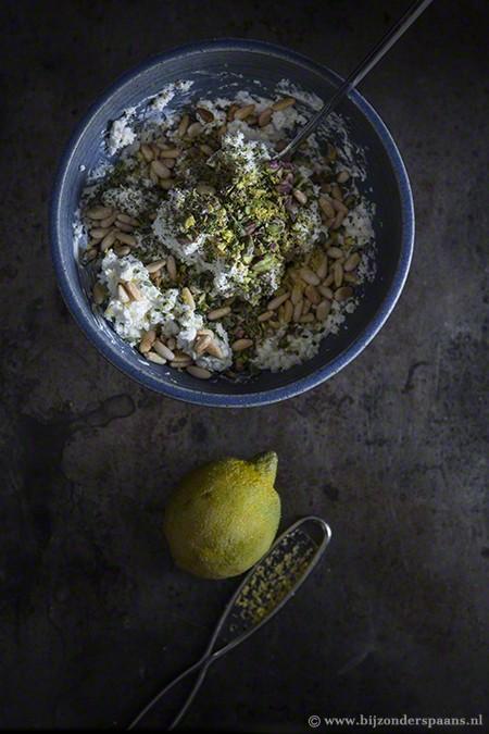 Geitenkaasballetjes met noten en kruiden