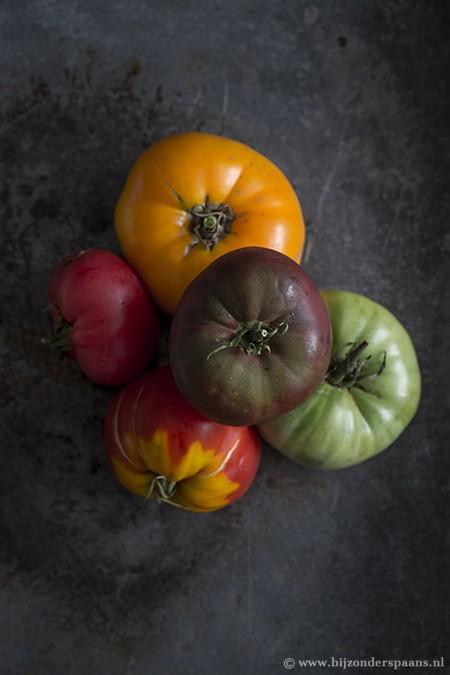 Pizza met gekleurde tomaten