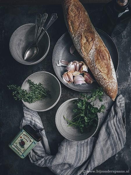 Knoflooksoep met tijm en stokbrood