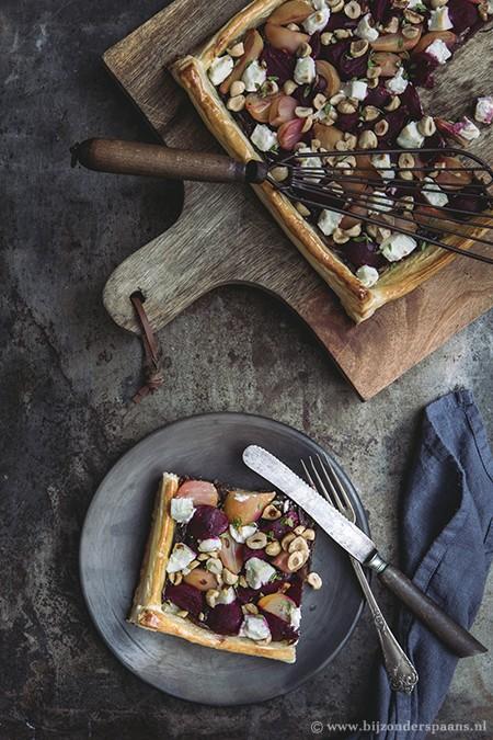 Bladerdeegtaartje met bieten, geitenkaas en hazelnoten