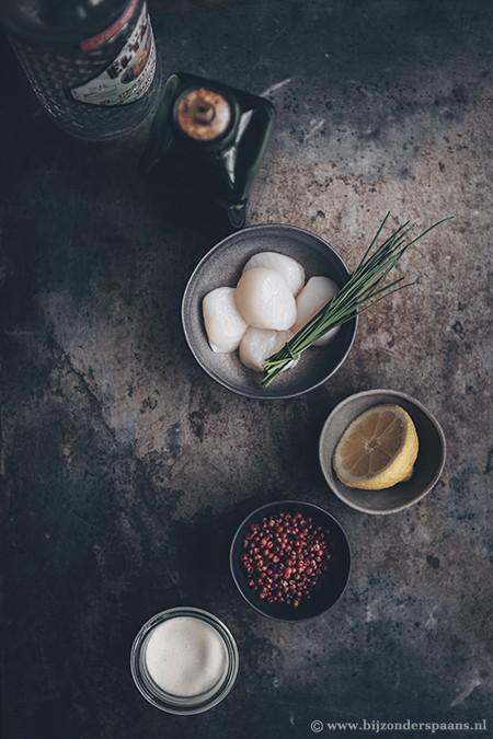 Ceviche van coquilles met rode peperkorrels