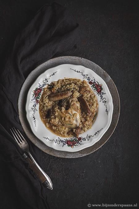 Rijstschotel met kip, worstjes en saffraan